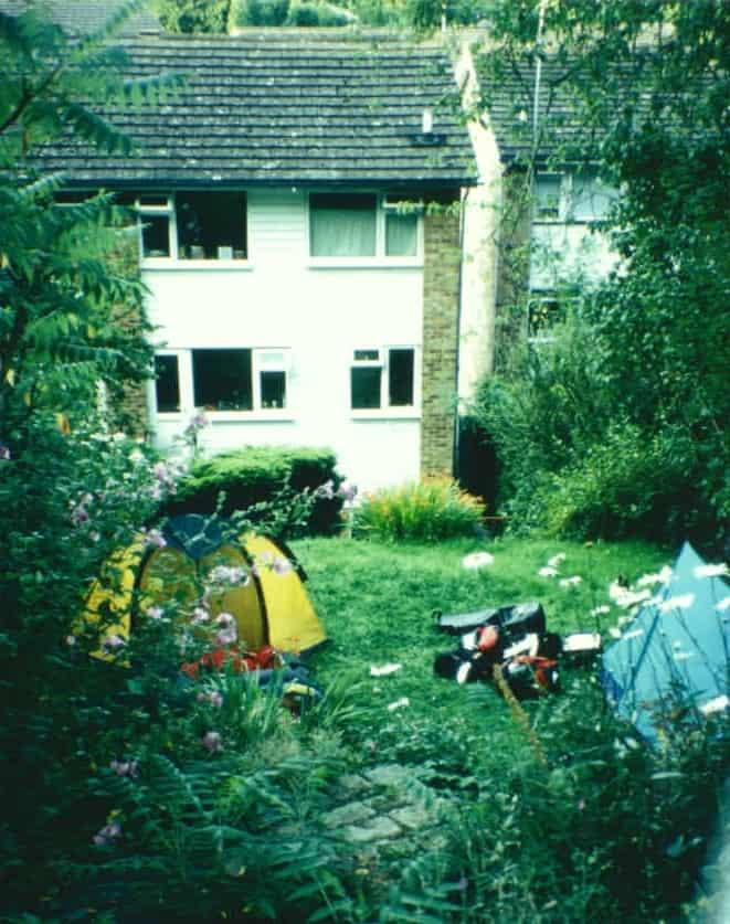 Zelten im Garten eines englischen Hinterhauses