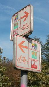 Wegschilder drei unterschiedlicher Radrouten durch Ruhrgebiet