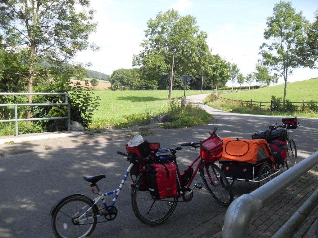 Kindertrailer befestigt an einem Damenreiserad