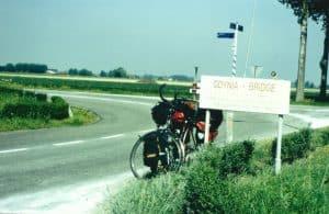 Reiserad mit Packtaschen an einer Landstrasse in Belgien