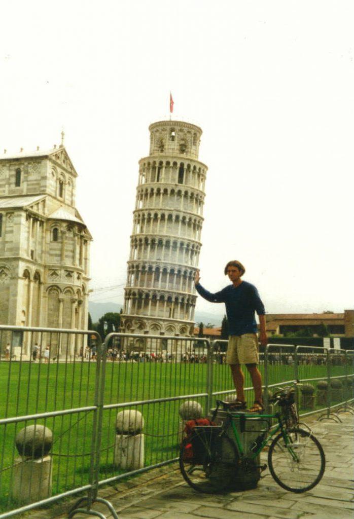 Radreisender vor dem schiefen Turm von Pisa