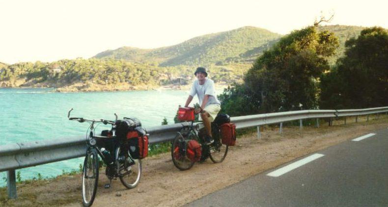 Radreisende an der Ostküste Korsikas mit Mittelmeer im Hintergrund