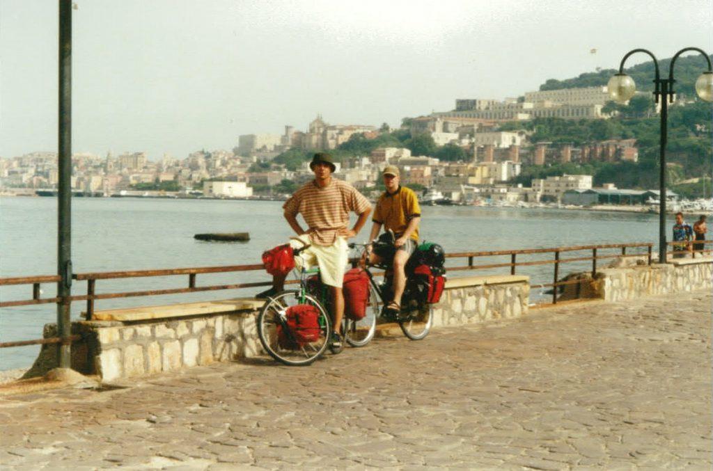Radreisende an der italienischen Ostküstenstadt Gaeta