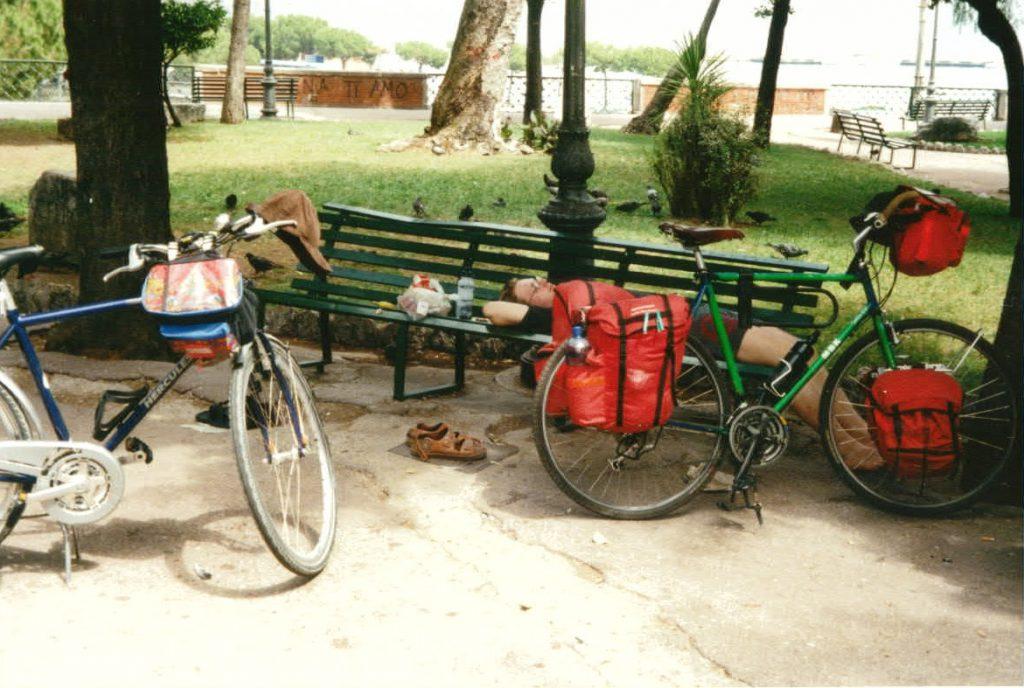 Radreisende machen Mittagspause im Schatten eines Parks