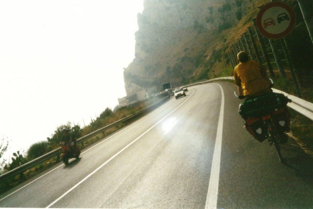 Radreisender Standstreifen Ostkuestenstrasse Italiens