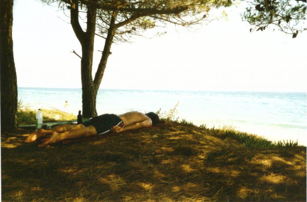 Radreisender mach Mittagschlaf unter Pinienbäumen Korsika