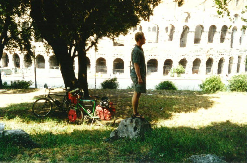 Radreisende machen Pause am Colosseum von Rom