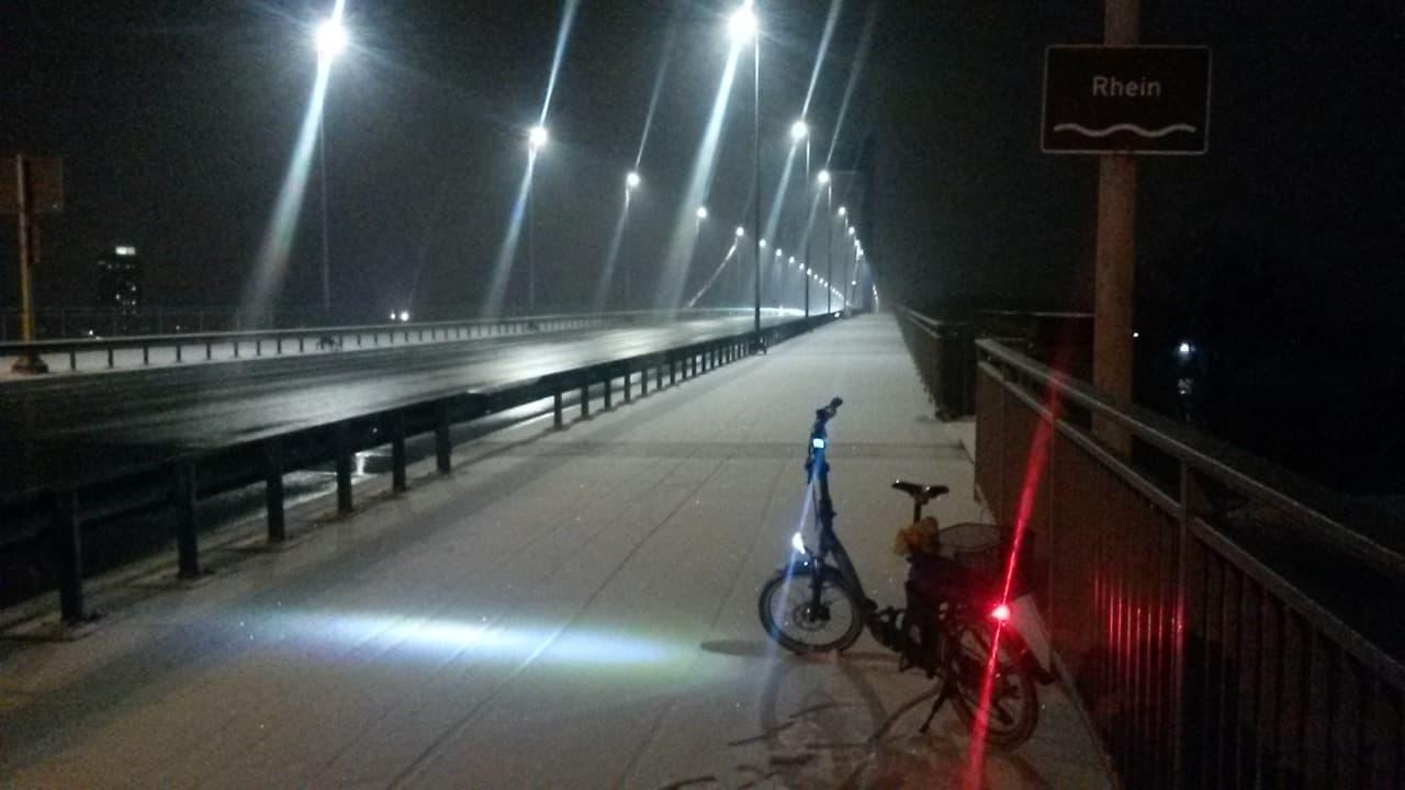 Rheinbruecke mit verschneiten Radweg
