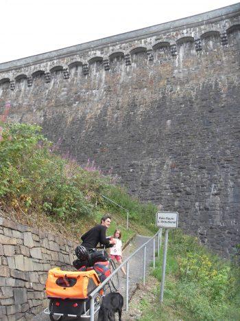 Radreisende mit Hund und Radhänger