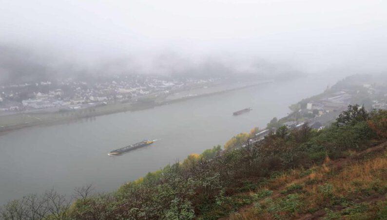 Rheinsteig_Blick_runter_auf_Rhein_im_Nebel