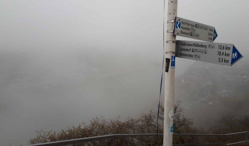 Rheinsteig Wegweider mit Kilometerangabe